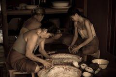 有的椰子传统泰国样式卖主为烹调点心做准备 免版税库存图片