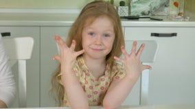 有的母亲和的女儿乐趣绘画指甲盖,家庭时间概念 影视素材