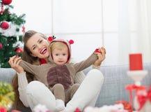 有的母亲和的婴孩在圣诞节的乐趣时间 免版税库存照片
