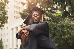 有的毕业生拥抱 免版税库存图片