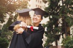 有的毕业生拥抱 库存图片