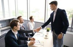有的求职者采访 握手,当工作采访时 免版税图库摄影