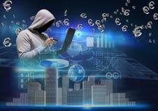 有的灰色套头衫黑客面对与信用卡和计算机 免版税库存照片