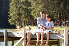 有的父亲和的儿子乐趣捕鱼 免版税库存图片