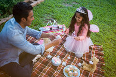 有的父亲和的女儿玩具茶会 库存照片