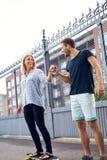 有的男人和的妇女好时光 免版税库存照片
