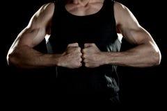 有的男性爱好健美者强的手,拳头互相紧靠,立场 免版税库存图片