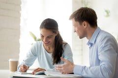 有的老师和的女生乐趣学会 免版税库存图片