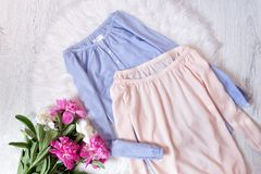 有的蓝色和桃红色女衬衫放气的肩膀和牡丹花束  时兴的概念,在背景的白色毛皮 免版税库存照片