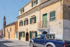 有的街道停放路SUV汽车在科孚岛的Sinarades在希腊 库存图片