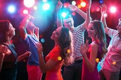 有的青年人乐趣跳舞 免版税库存图片