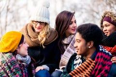 有的青年人好时光一起户外 免版税图库摄影