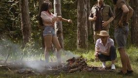 有的青年人野营 小组朋友野营 他们在阵营火附近坐 股票视频