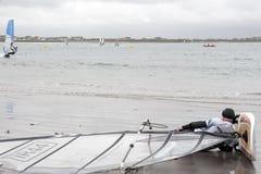 有的风帆冲浪者海滩的一基于 免版税库存照片