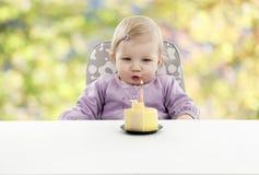 有的婴孩她的第一个生日,被弄脏的背景 免版税库存图片