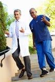有的医护人员讨论户外 免版税库存图片