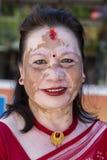 有的画象老妇人在面孔的被着色的斑点在街道 尼泊尔pokhara 图库摄影