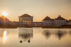 有皇家庭院的Nymphenburg宫殿在慕尼黑,德国 免版税图库摄影