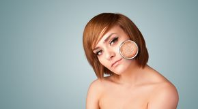 有皮肤损伤放大镜的美丽的女孩 库存图片
