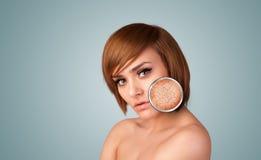 有皮肤损伤放大镜的美丽的女孩 免版税库存照片