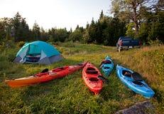 有皮船、卡车和帐篷的露营地 免版税图库摄影