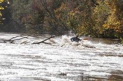 有皮船乘驾的人在河急流下在拉脱维亚 免版税库存照片