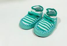 有皮革之字形的绿色条纹织品鞋子沿缝了 免版税库存照片