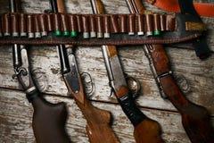 有皮革子弹带的狩猎步枪有弹药的 免版税库存图片