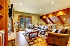 有皮革沙发和电视的大豪华客厅。 免版税库存图片