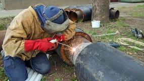 有皮革焊接防护服装的焊工 免版税库存照片