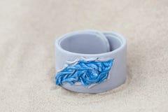有皮革的手工制造镯子在沙子 免版税库存照片