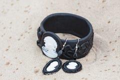 有皮革的手工制造镯子在沙子 库存照片