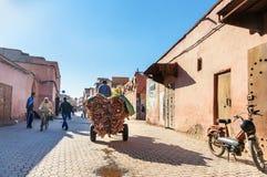 有皮革的推车在街道上在麦地那 马拉喀什 摩洛哥 库存照片