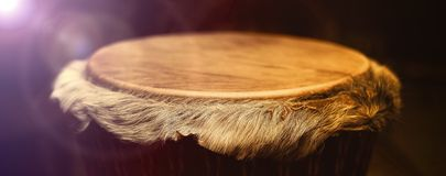 有皮革薄板的原始的非洲djembe鼓与美丽 库存图片
