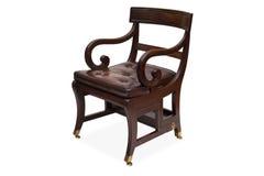 有皮革被布置的位子的一把古色古香的木扶手椅子 图库摄影