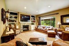 有皮革长沙发和壁炉的客厅 免版税库存图片