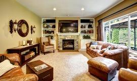 有皮革长沙发和壁炉的客厅 库存照片
