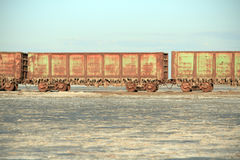 有盐钟乳石的老生锈的列车车箱  免版税库存图片
