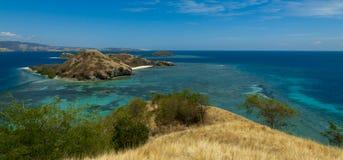 有盐水湖和海滩的美丽的海岛在弗洛勒斯,印度尼西亚 免版税库存照片