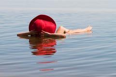 有盐水的湖 Baskunchak 美好的妇女sunbathin 免版税库存照片