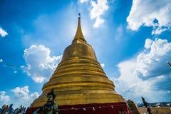 有监护人的金黄登上在Wat Saket,曼谷 库存图片