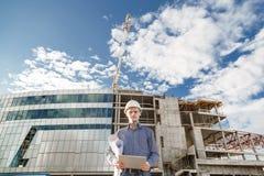 有监督项目的数字式片剂的工头在建筑 免版税库存图片