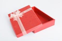 有盒盖的一个空的红色礼物盒 免版税库存照片