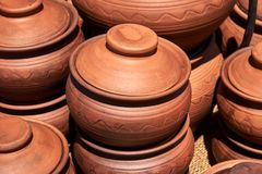 有盒盖的单色陶瓷手工制造平底锅 库存图片