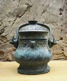 有盒盖的古老古铜色花瓶在秦始皇兵马俑羡 库存照片