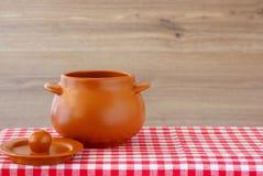 有盒盖的陶瓷罐在一张方格的桌布 免版税库存图片