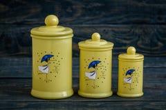 有盒盖的黄色陶瓷香料容器在蓝色 库存图片