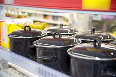 有盒盖的黑上釉的平底锅在商店 库存图片