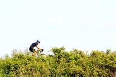 有盔甲的人骑自行车在足迹的 库存照片