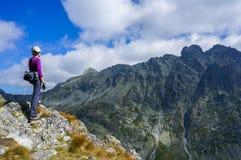 有盔甲的妇女登山人 免版税图库摄影